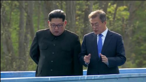 Ông Kim và ông Moon cùng đi tới nơi họp. Ảnh: Reuters.