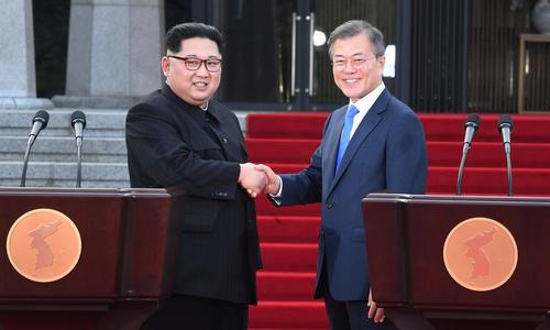 Lãnh đạo Triều Tiên và Tổng thống Hàn Quốc sau cuộc họp thượng đỉnh. Ảnh: Reuters.