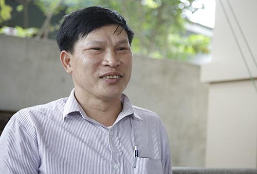 Ông Trần Văn Hồng người quản lý tuyến nước ở xóm mới Hồng Yên. Ảnh: Nguyễn Hải.