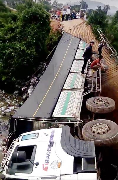 Xe cùng toàn bộ phân bón bị rơi xuống sông. Ảnh: Khánh Hương.