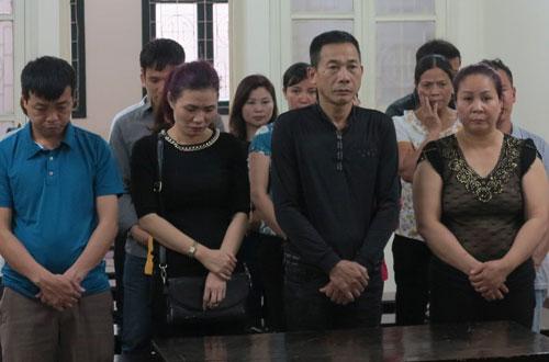Liên và chồng (thứ hai và ba từ trái sang) cùng các bị cáo tại tòa.