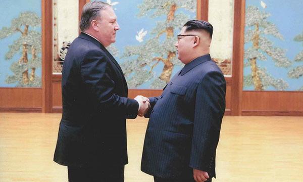Giám đốc CIA MikePompeo, người vừa tuyên thệ nhậm chức ngoại trưởng Mỹ, gặp lãnh đạo Kim Jong-un ở Bình Nhưỡng, Triều Tiên hồi tháng 4. Ảnh: Reuters.