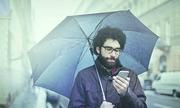 Vì sao điện thoại khó nghe lúc trời mưa to?
