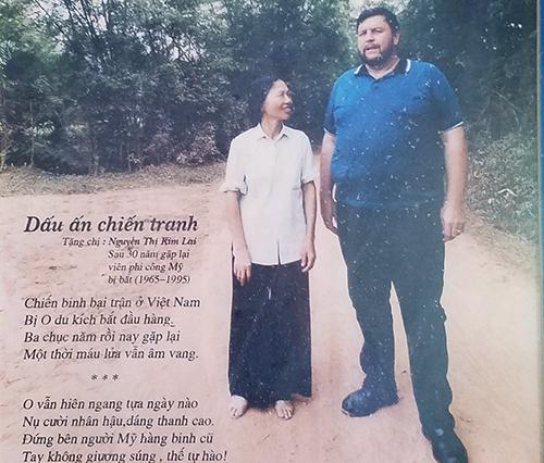 Bà Lai và Robison chụp hình kỷ niệm trong lần gặp lại 23 năm trước. Ảnh: Đức Hùng chụp lại.