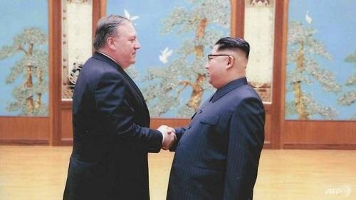 Lãnh đạo Triều Tiên Kim Jong-un và tân Ngoại trưởng Mỹ Mike Pompeo tại Bình Nhưỡng hồi cuối tháng 3. Ảnh:AFP.