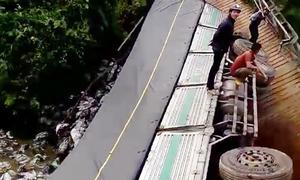 Ôtô tải 18 tấn gây sập cầu ở Lâm Đồng