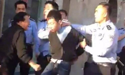 Kẻ đâm dao bị cảnh sát khống chế. Ảnh cắt từ video.