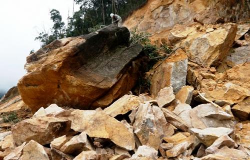 Hàng trăm khối đá bị sạt lở, rơi xuống tại đèo Khánh Lê. Ảnh: Quốc An