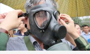 Bộ đội hướng dẫn hơn 1.000 cư dân dùng mặt nạ phòng độc