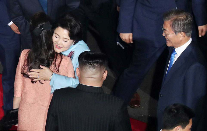 Lãnh đạo Hàn - Triều nắm chặt tay nhau trong lễ chia tay
