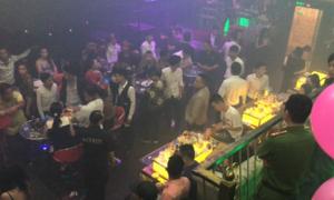 Cảnh sát phong tỏa quán bar trung tâm Sài Gòn tìm ma túy