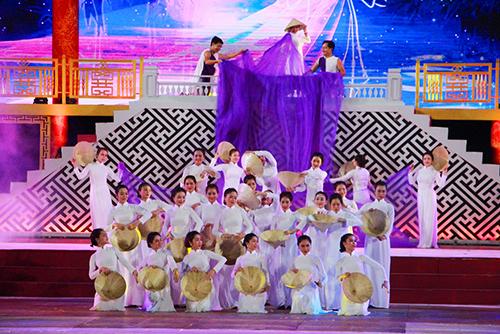 ác nghệ sĩ xứ Huế đã trình diễn ca khúc Nón bài thơ - Tà áo dài nói về con người xứ Huế hiền hòa, thủy chung và nhân hậu.