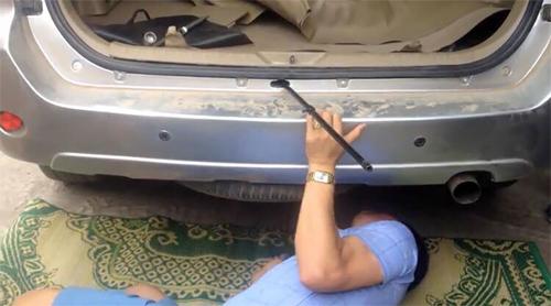 Cảnh sát tháo chiếc lốp dự phòng do nghi chứa ma túy. Ảnh: Bảo Ngọc