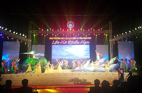 Văn nghệ chào mừng khai trương mùa du lịch biển Hà Tĩnh năm 2018. Ảnh: Đức Hùng