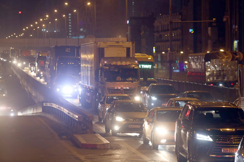 Bốn xe tông liên hoàn, đường trên cao tắc kéo dài lúc nửa đêm