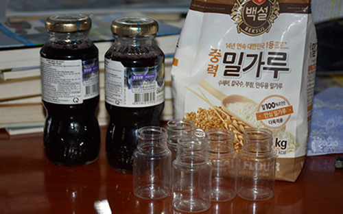 Nhiều chai chứa chất lỏng lạ được tìm thấy trong căn nhà của Hội thánh Đức Chúa Trời ở TP Thanh Hoá. Ảnh: CA.