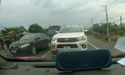 Tài xế ôtô quyết không nhường đường xe bán tải đi ngược chiều
