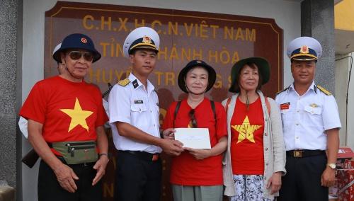 Các kiều bào trao tặng quân nhân trên đảo Đá Nam. Ảnh: Trọng Giáp.