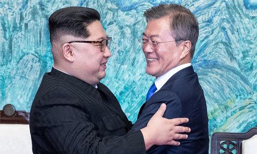 Ngôn ngữ cơ thể của Kim Jong-un khi trò chuyện với Tổng thống Hàn Quốc