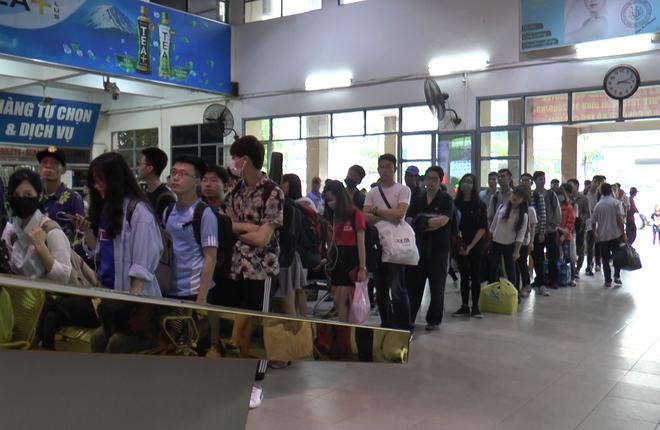 Dòng người xếp hàng dài mua vé xe rời Hà Nội