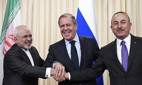 Ngoại trưởng Nga Sergei Lavrov (giữa) cùng người đồng cấp Iran và Thổ Nhĩ Kỳ trong cuộc gặp hôm qua ở Moskva. Ảnh: RT.