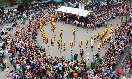 Chục nghìn người đổ ra đường xem lễ hội ở Huế