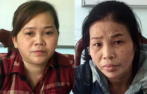 Hai người phụ nữ bị tạm giữ về hành vị Buôn bán người. Ảnh: Hồng Tuyết.