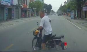 Cụ ông chạy xe máy sang đường ẩu bị ôtô tông