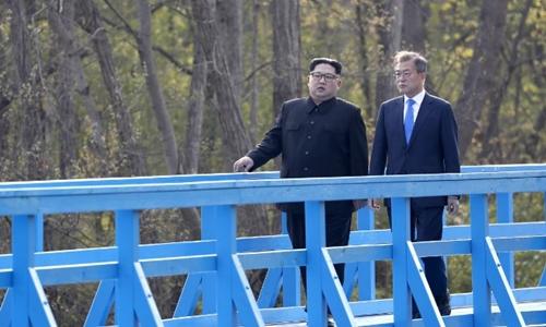 Lãnh đạo Triều Tiên Kim Jong-un (trái) đi dạo với Tổng thống Hàn Moon Jae-in tạiPanmunjom. Ảnh: AFP.