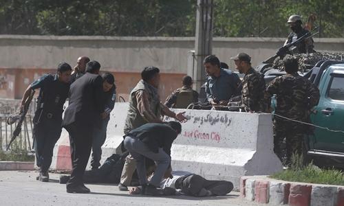Cảnh sát giúp đỡ nạn nhân vụ đánh bom ở Kabul. Ảnh: Reuters.