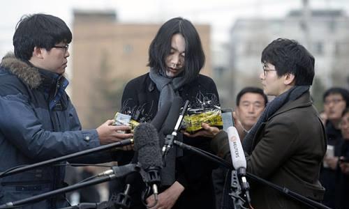 Cho Hyun-ah trả lời truyền thông tại Seoul cuối năm 2014. Ảnh: Reuters.