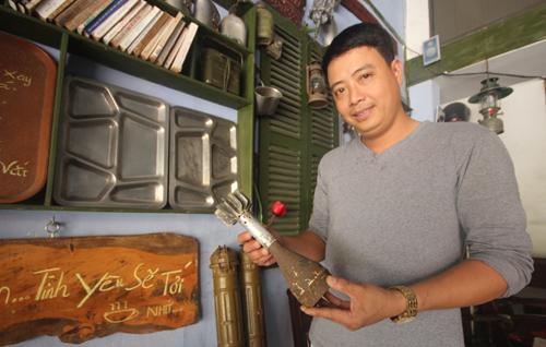Anh Thân Anh Hoàng Vũ cùng đồ vật vỏ đạn cối 81 của lính Mỹ sản xuất. Ảnh: Đắc Thành.