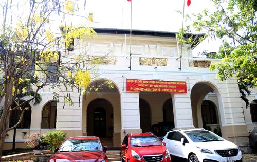 Mặt chính của tòa nhà dinh Thượng thơ hiện là trụ sở của Sở Thông tin -Truyền thông và Công thương. Ảnh: Hữu Nguyên.