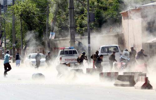 Hiện trường vụ đánh bom tự sát kép ở Kabul hôm nay. Ảnh: AP.