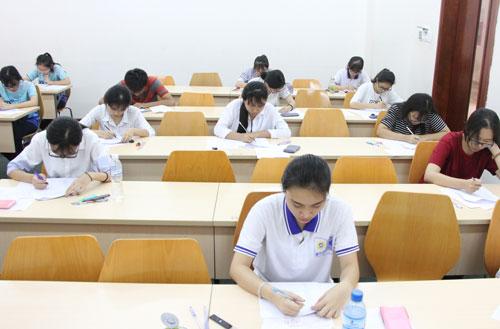 Một giờthi mô phỏng bài thi SAT tại Việt Nam. Ảnh: Mạnh Tùng.