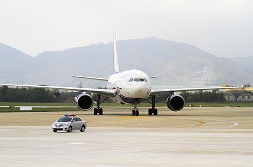 Máy bay hạ cánh trên đường băng sân bay quốc tế Đà Nẵng. Ảnh: Nguyễn Đông.