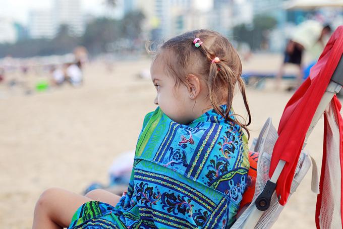 Hàng nghìn người đổ về bãi biển Nha Trang trong lễ 30/4
