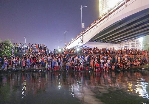 Ngoài 21 nghìn ghế trên khán đài năm 2017, còn hàng vạn người dân và du khách đứng tràn dưới bờ sông, trên các cây cầu bắc qua sông Hàn để thưởng lãm pháo hoa quốc tế. Ảnh: Nguyễn Đông.