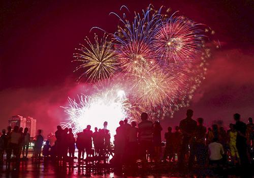 Người dân háo hức, lội dưới sông Hàn xem pháo hoa. Ảnh: Nguyễn Đông.