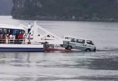 Chiếc xe ô tô 16 chỗ suýt rơi xuống biển. Ảnh: Cắt từ Clip