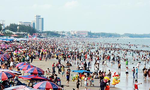 Bãi biển Vũng Tàu đông nghịt người chiều 30/4. Ảnh: Nguyễn Khoa.