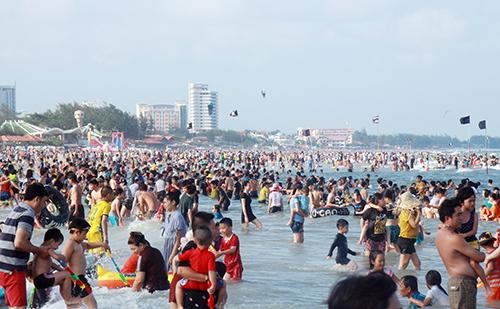 Ngày lễ du khách đổ về bãi biển Vũng Tàu tắm đông nịt người. Ảnh:Nguyễn Khoa.