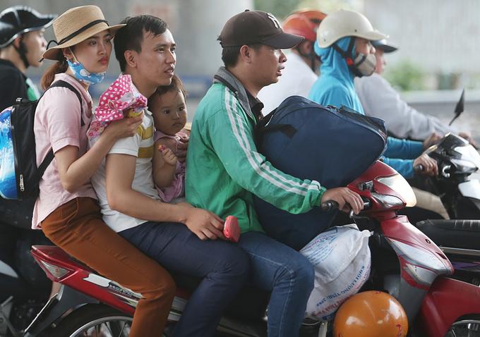 Dòng người đổ về thủ đô sau kỳ nghỉ lễ