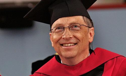 Bill Gates nhận bằng danh dự của Đại học Harvard năm 2007. Ảnh: CNBC