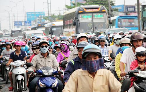 Người dân miền Tây trở về TP HCM trên Quốc lộ 1A, huyện Bình Chánh. Ảnh: Mạnh Tùng.