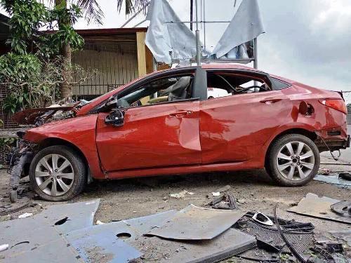 Chiếc xe vỡ tan sau tiếng nổ lớn nghi do bị đối thủ gài mìn. Ảnh: CTV