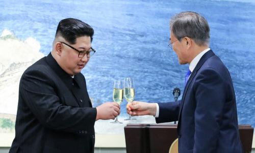 Kim Jong-un liên tục được mời rượu trong bữa tiệc với Moon Jae-in