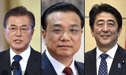 Từ trái qua, Tổng thống Hàn Quốc Moon Jae-in, Thủ tướng Trung Quốc Lý Khắc Cường và Thủ tướng Nhật Bản Shinzo Abe. Ảnh: Reuters.