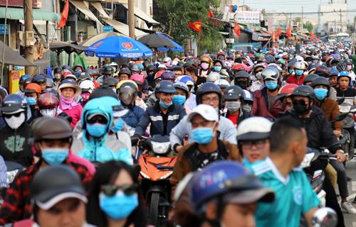 Dòng người và xe xếp hàng dài ờ phía Nhơn Trạch (Đồng Nai) để chờ phà trở về TP HCM. Ảnh: Hữu Công
