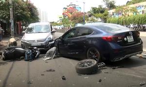Ôtô nổ lốp tông liên hoàn, hai người bị thương